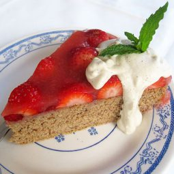 Spongecake with Strawberries (Vegan, Gluten-free)