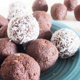 Schokoladen Bällchen mit Kokosnuss (Vegan, Glutenfrei, Fruchtgesüßt)