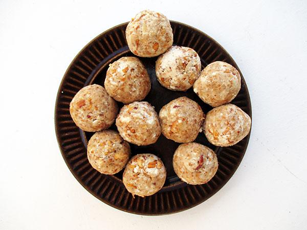Vegan Gluten-free No-Refined-Sugar Easy Apple Cinnamon Blissballs Recipe