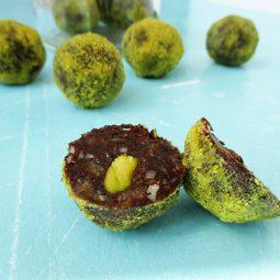 Macadamia Pistazien Schoko Bällchen (Vegan, Glutenfrei, Ohne Kristallzucker)